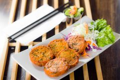 Croquette de poisson thaïlandaise avec de la sauce fraîche douce Photos stock