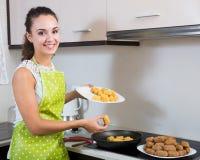 Croquettes женщины заполненные завальцовкой Стоковое фото RF
