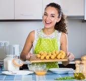 Croquettes женщины заполненные завальцовкой Стоковое Фото
