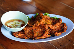 Croquettes de poisson et sauce douce, nourriture thaïlandaise Image stock