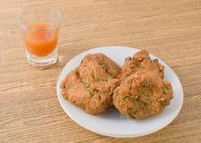Croquettes de poisson thaïlandaises servies avec de la sauce épicée douce photo stock