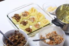 Croquettes des pommes de terre avec le bourrage du fromage, des champignons et de la viande hachée Ils s'étendent dans une plaque image stock