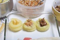 Croquettes des pommes de terre avec le bourrage du fromage, des champignons et de la viande hachée Ils s'étendent dans une plaque photographie stock
