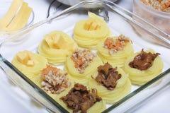 Croquettes des pommes de terre avec le bourrage du fromage, des champignons et de la viande hachée Ils s'étendent dans une plaque photos stock