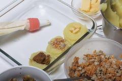 Croquettes des pommes de terre avec le bourrage du fromage, des champignons et de la viande hachée Ils s'étendent dans une plaque photographie stock libre de droits