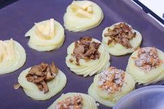 Croquettes des pommes de terre avec le bourrage du fromage, des champignons et de la viande hachée Ils s'étendent sur une plaque  photographie stock