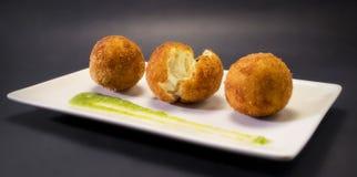Croquettes frites crémeuses et lisses Tapa espagnol typique Images libres de droits