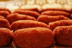 Croquettes stawiający w tacy przygotowywającej jeść zdjęcie stock