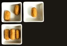 Croquettes w białych zbiornikach zdjęcia royalty free