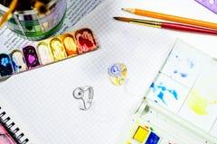 Croquis d'aquarelle de conception de bijoux sur le livre blanc Photographie stock