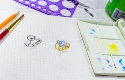 Croquis d'aquarelle de conception de bijoux sur le livre blanc Photo libre de droits