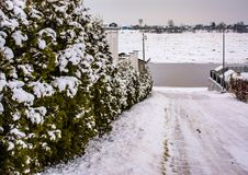 Croquis d'hiver Neige pelucheuse sur des maisons, des barrières et d'autres bâtiments images stock