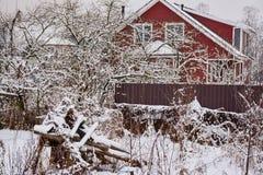 Croquis d'hiver Neige pelucheuse sur des maisons, des barrières et d'autres bâtiments image stock