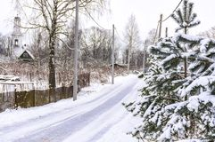 Croquis d'hiver Neige pelucheuse sur des maisons, des barrières et d'autres bâtiments photos libres de droits