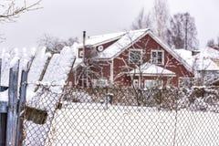 Croquis d'hiver Neige pelucheuse sur des maisons, des barrières et d'autres bâtiments photo libre de droits