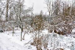 Croquis d'hiver Neige pelucheuse sur des maisons, des barrières et d'autres bâtiments photographie stock libre de droits