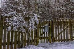 Croquis d'hiver Neige pelucheuse sur des maisons, des barrières et d'autres bâtiments image libre de droits