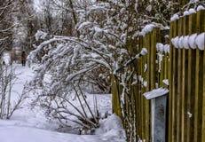 Croquis d'hiver Neige pelucheuse sur des maisons, des barrières et d'autres bâtiments photos stock
