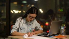 Croquis de dessin de concepteur féminin, recherchant l'inspiration, manque de nouvelles idées banque de vidéos