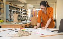 Croquis de dessin de concepteur de femme pour la conception image libre de droits