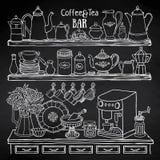 Croquis des pots, tasses, machine de café dans le placard sur le tableau noir Illustration Libre de Droits