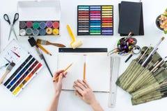 Croquis graphique de dessin d'artiste au carnet à dessins Lieu de travail, espace de travail Photo de vue supérieure des outils a Photos libres de droits