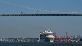 Croses туристического судна под мостом ворот львов по мере того как он делает свой путь из порта Ванкувера сток-видео
