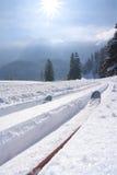 Cross Country-Skifahren mit blauem Himmel in den österreichischen Bergen Lizenzfreies Stockfoto