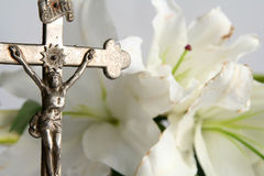 Cross and easter lilies Royalty Free Stock Photos