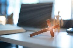 Free Cross Over Wood Table With Window Light. Online Church Concept Royalty Free Stock Photos - 185271458