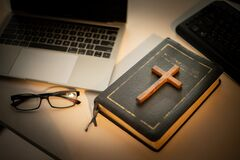 Free Cross Over Wood Table With Window Light. Online Church Concept Stock Photos - 187905343