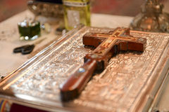 Cross placed on the Bible Royalty Free Stock Photos