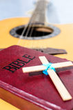 The Cross put on Bible. Royalty Free Stock Photos