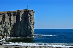 Cross on the rocky cliff Royalty Free Stock Photos