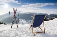 Cross skidar och den tomma sun-loungeren på berg i vinter Fotografering för Bildbyråer