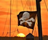 Crossbones flaga i czaszka latamy nad pirata statkiem przy wyspa portem royalty ilustracja