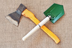 Crossed ax and entrenching shovel Royalty Free Stock Photos