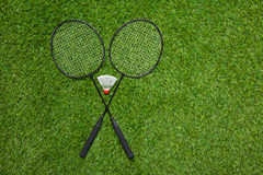 Crossed badminton rackets with white shuttlecock Royalty Free Stock Photos