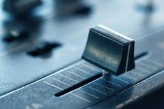 Crossfader en mezclador de DJ en club Imagenes de archivo