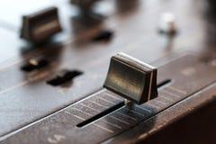 Crossfader en mezclador de DJ en club Imágenes de archivo libres de regalías
