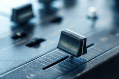 Crossfader na dj melanżerze w klubie Obrazy Stock