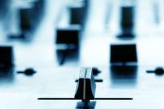 Crossfader op de mixer van DJ in club Stock Foto's