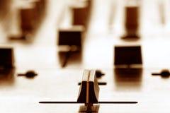 Crossfader på dj-blandare i klubba Arkivbild