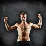 Crossfit健身人屈曲强在黑板 库存图片