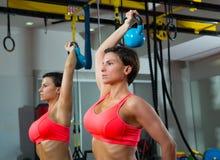 Crossfit健身镜子的举重Kettlebell妇女 免版税库存图片