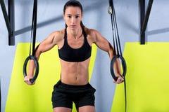 Crossfit垂度环形在健身房浸洗的妇女锻炼 免版税库存照片