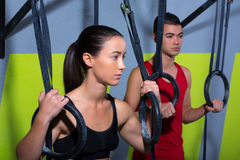 Crossfit垂度环形男人和妇女在锻炼以后放松了 免版税库存图片