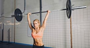 Crossfit妇女举的重量 免版税图库摄影