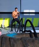 Crossfit övar slåss rep på idrottshallgenomköraren royaltyfri bild