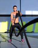 Crossfit övar slåss rep på idrottshallgenomköraren Arkivfoto